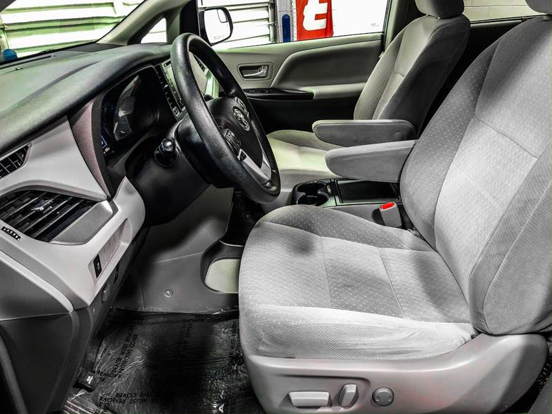 2018 Toyota Sienna LE 7-Passenger (image 16)