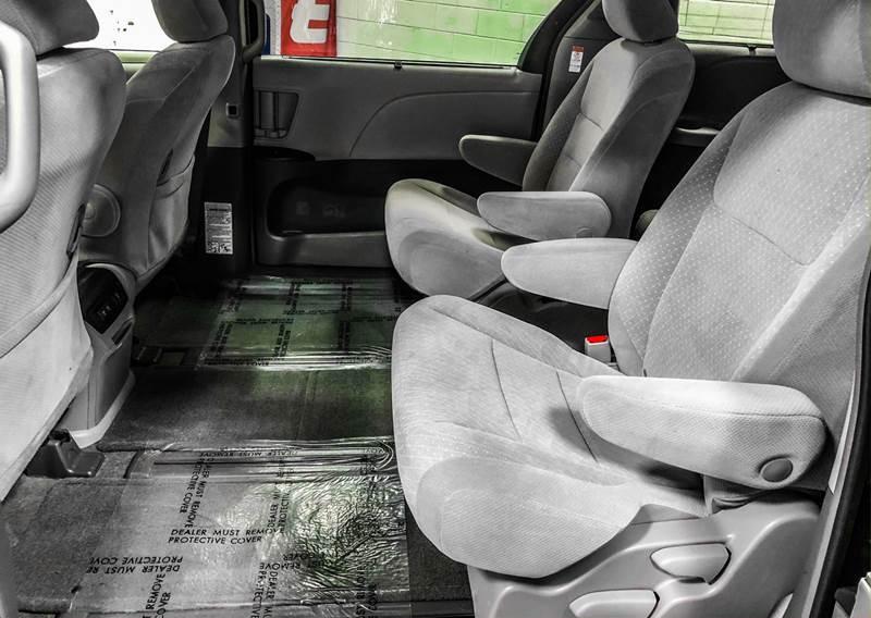 2018 Toyota Sienna LE 7-Passenger (image 19)