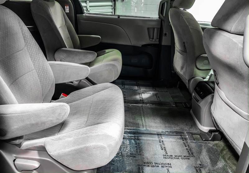 2018 Toyota Sienna LE 7-Passenger (image 24)