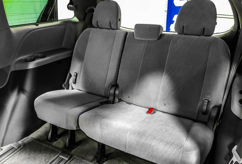 2018 Toyota Sienna LE 7-Passenger (image 20)