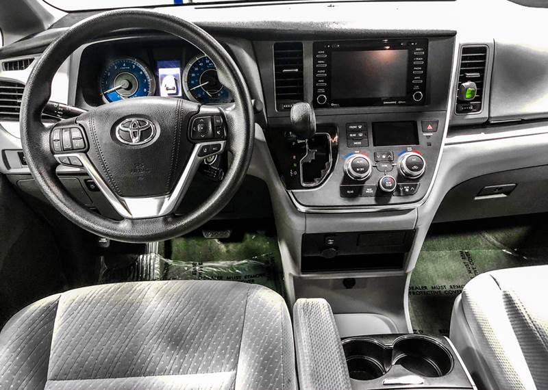 2018 Toyota Sienna LE 7-Passenger (image 27)