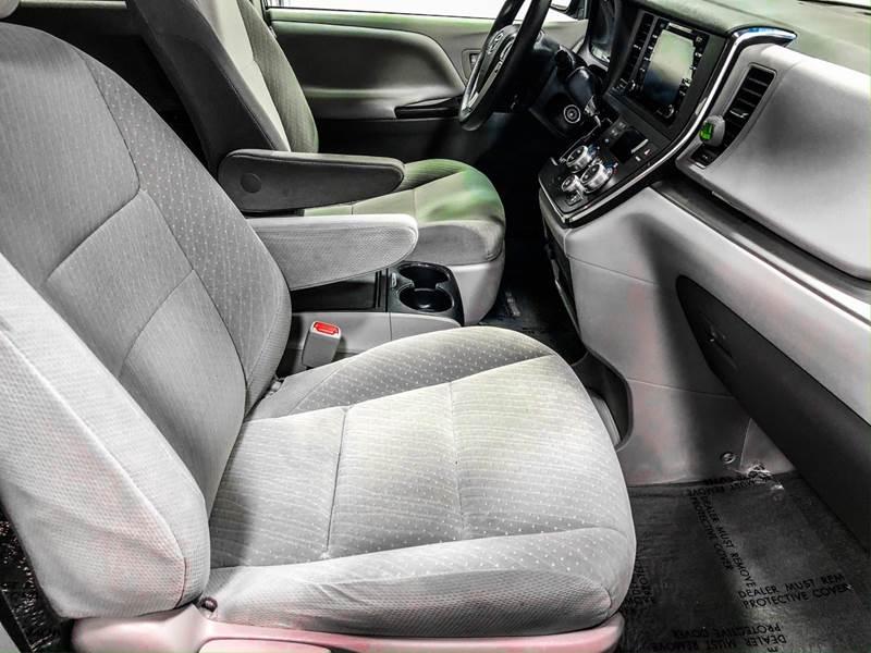 2018 Toyota Sienna LE 7-Passenger (image 25)