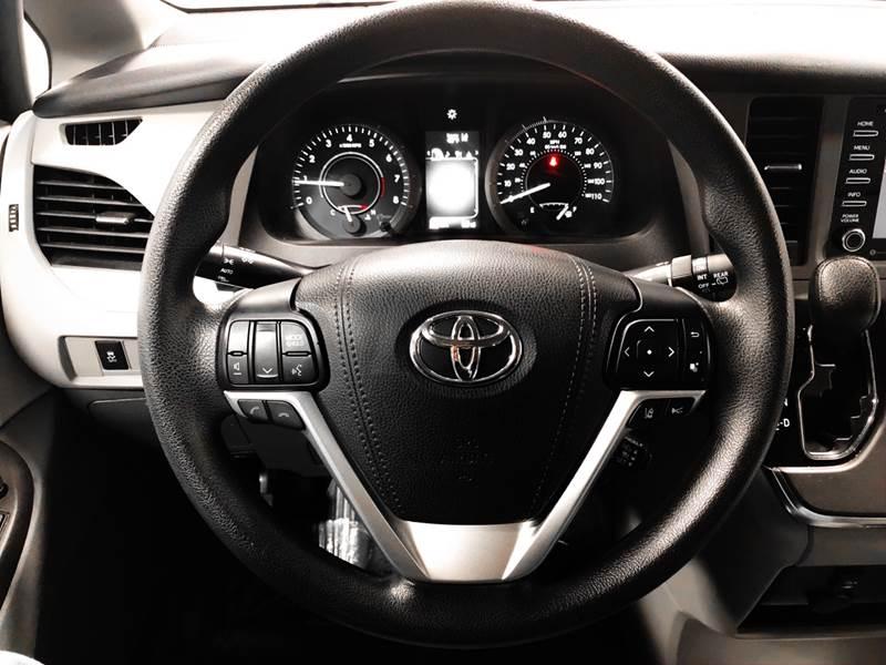 2018 Toyota Sienna LE 7-Passenger (image 51)