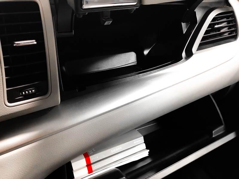 2018 Toyota Sienna LE 7-Passenger (image 55)