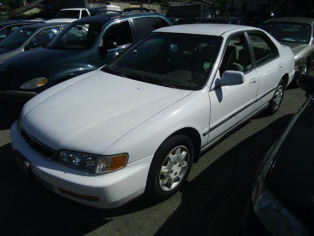 1997 HONDA ACCORD LX 4DR SEDAN white 15 inch wheels antenna type - power cassette center conso