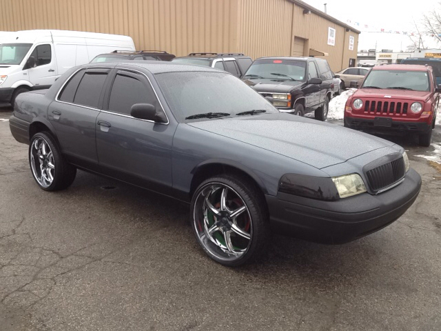 2004 Ford Crown Victoria Police Interceptor w/Street Appearance Package 4dr Sedan (3.27 axle) w/Driver and Passenger Side Air Bags - Port Huron MI