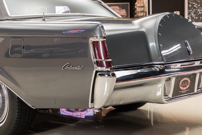 1969 Lincoln Continental 32