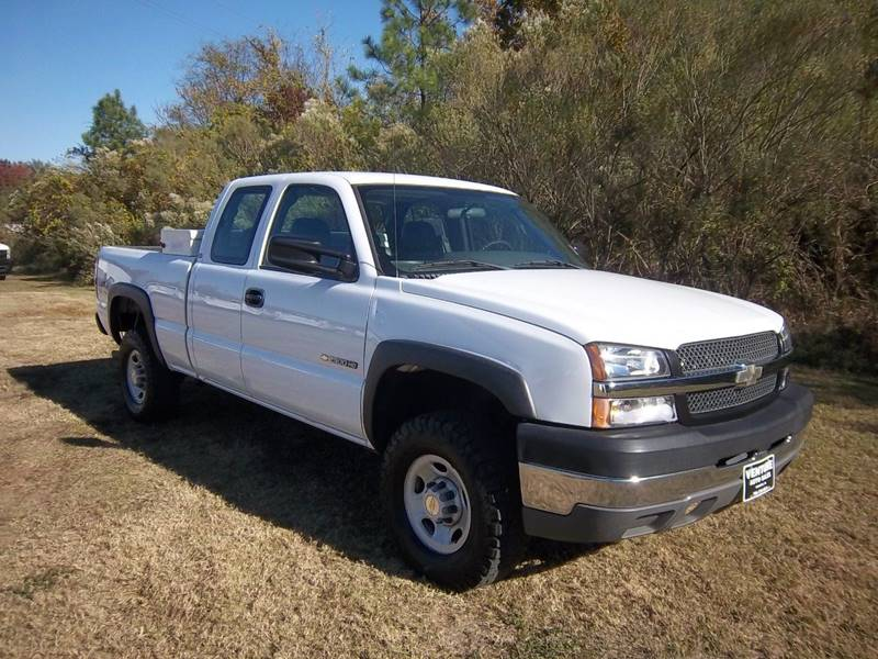 2004 CHEVROLET SILVERADO 2500HD BASE 4DR EXTENDED CAB 4WD SB white looking for a heavy duty truck