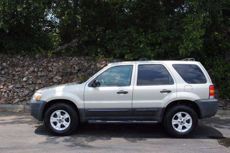 2005 FORD ESCAPE XLT 4DR SUV pewter new tires cruise control great on gas clean vehicle great