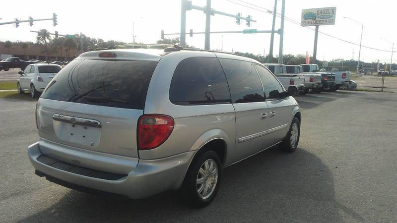 2005 Chrysler Town and Country Touring (image 5)