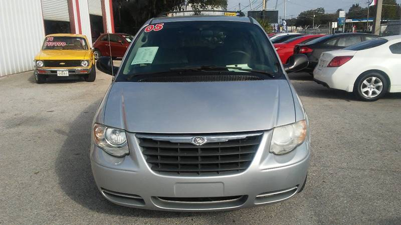 2005 Chrysler Town and Country Touring (image 2)