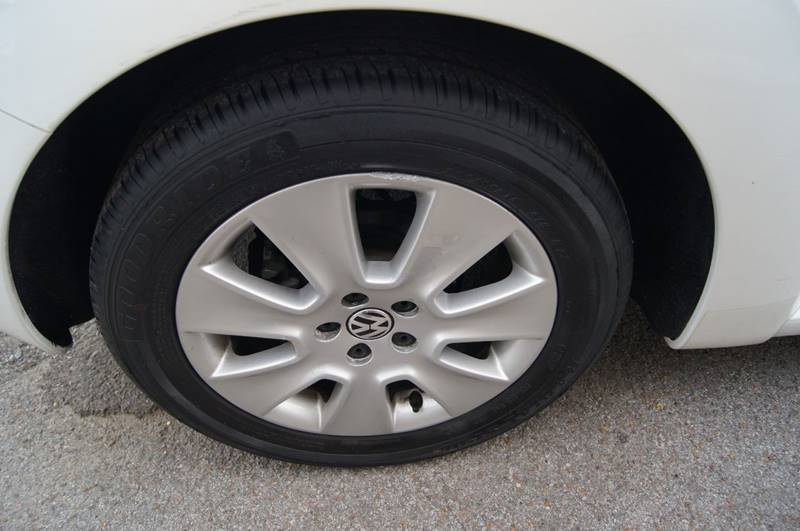 2009 Volkswagen New Beetle Base 2dr Hatchback 6A - Nashville TN