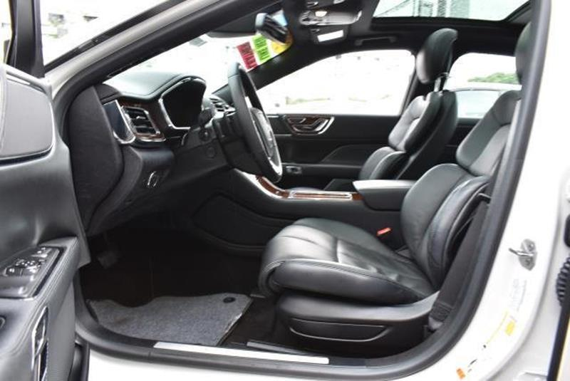 2017 Lincoln Continental 24