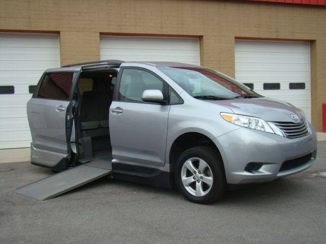 2014 Toyota Sienna LE Mobility 7-Passenger (image 4)