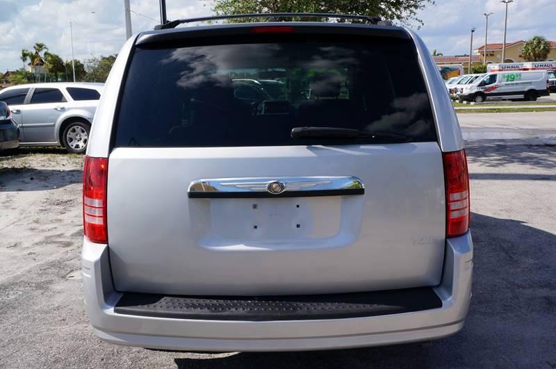 2009 Chrysler Town and Country Touring Mini-Van 4dr - Miami FL