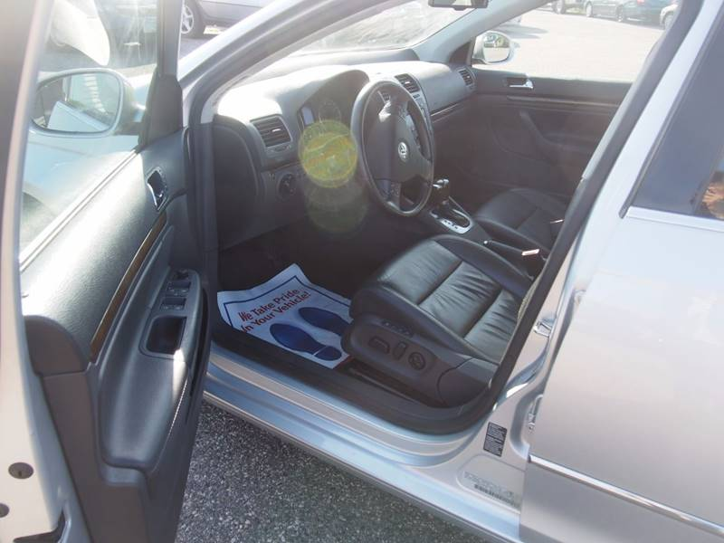 2005 Volkswagen Jetta for sale at Quinn Motors in Shakopee MN