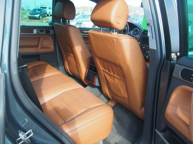 2005 Volkswagen Touareg for sale at Quinn Motors in Shakopee MN