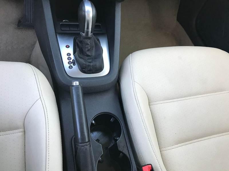 2012 Volkswagen Jetta SE 4dr Sedan 6A w/ Convenience and Sunroof - Saint Francis WI