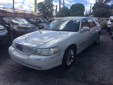 2004 Lincoln Town Car for sale at Versalles Auto Sales in Hialeah FL