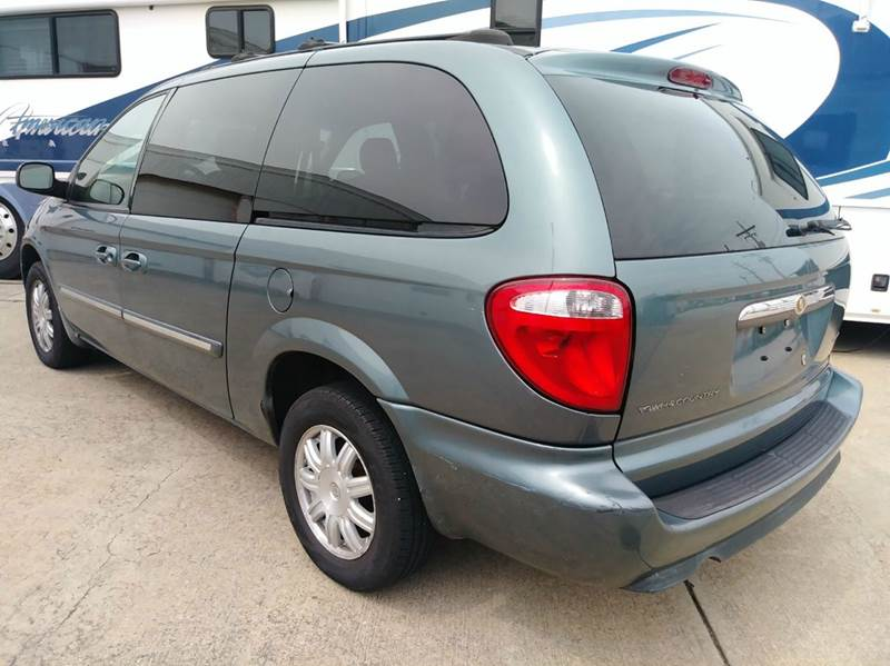 2005 Chrysler Town and Country Signature Series 4dr Extended Mini-Van - Parma OH