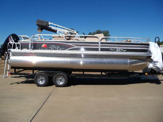 2015 SUNTRACKER FISH BARGE