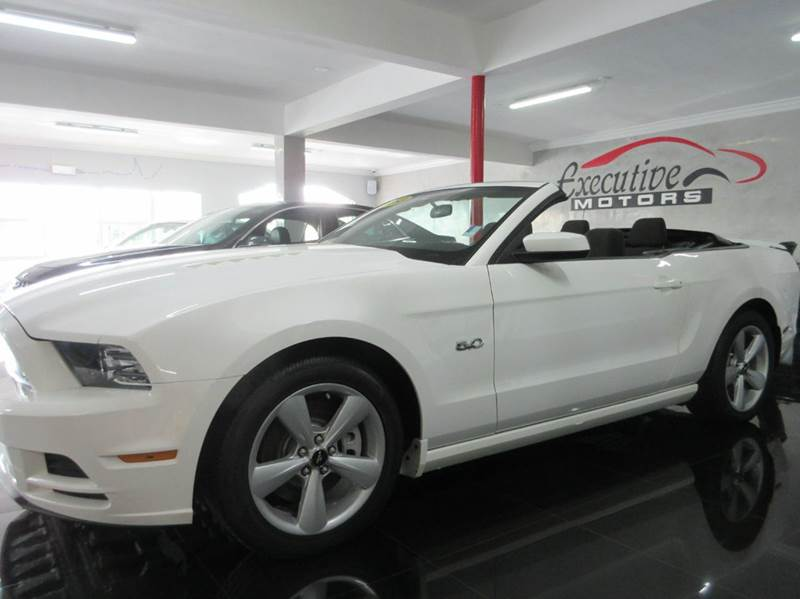 2013 FORD MUSTANG GT 2DR CONVERTIBLE white love american muscle then this is the car for you thi