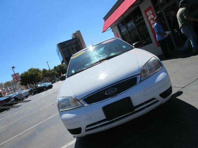2005 FORD FOCUS ZX4 SE 4DR SEDAN white all power equipment on this vehicle is in working order  t