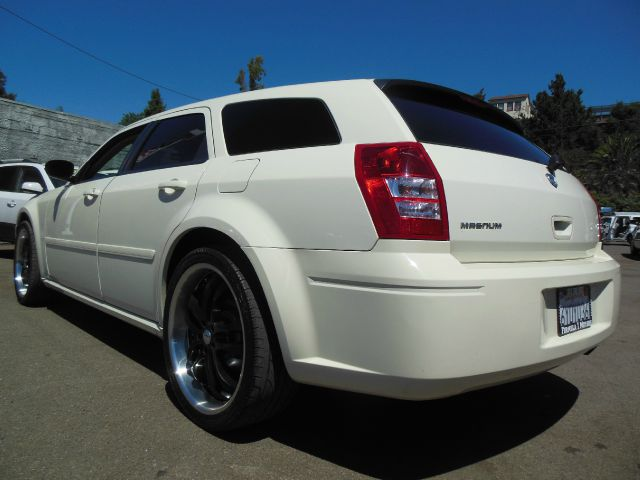 2005 DODGE MAGNUM V6 white v6 automatic very spacious 2 wheel drive4 doorair conditioningala