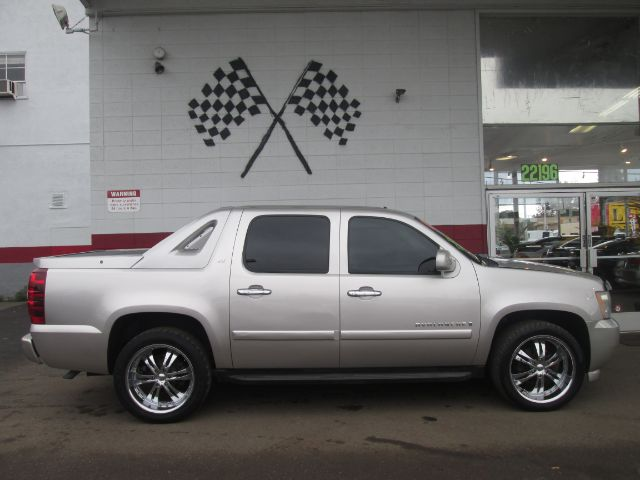 2007 CHEVROLET AVALANCHE LT 1500 4DR CREW CAB SB silver this chevy avalanche is in great condition