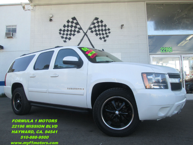 2008 CHEVROLET SUBURBAN LT1 1500 4WD white this is a very nice family size suv perfect for the lo