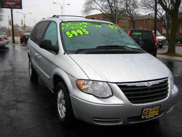 2005 chrysler town and country touring 4dr ext minivan in milwaukee brookfield butler gs auto sales. Black Bedroom Furniture Sets. Home Design Ideas