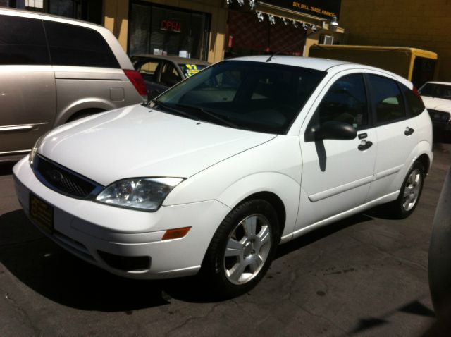 2005 FORD FOCUS ZX5 SES white actual miles the condition of the interior is clean this vehicle w