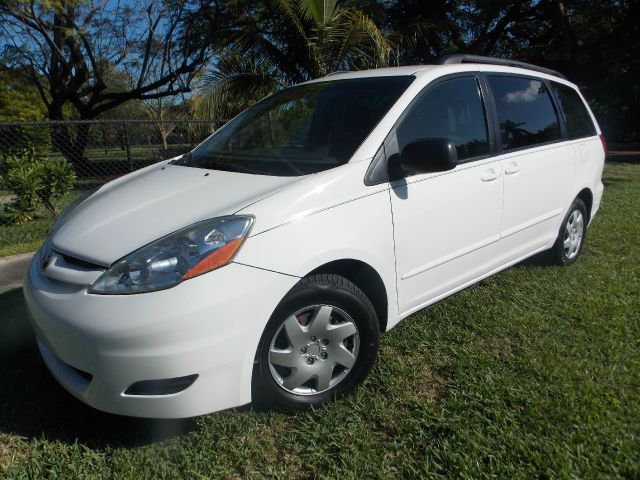 2006 TOYOTA SIENNA LE 7-PASSENGER white only 1 previous owner built in luggage racks third row s