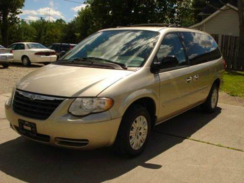 2005 Chrysler Town and Country for sale in East Claridon, OH