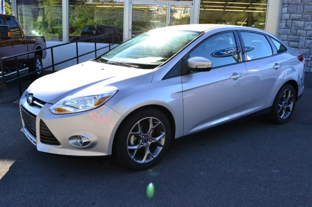 2013 FORD FOCUS SE SEDAN ingot silver like-new 2013 ford focus se sedan power windows locks