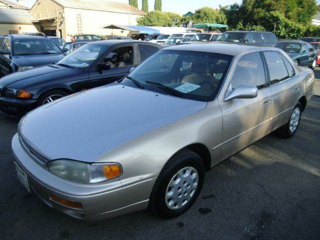 1995 TOYOTA CAMRY LE gold air conditioninganti-brake system non-abs  4-wheel absbody style s
