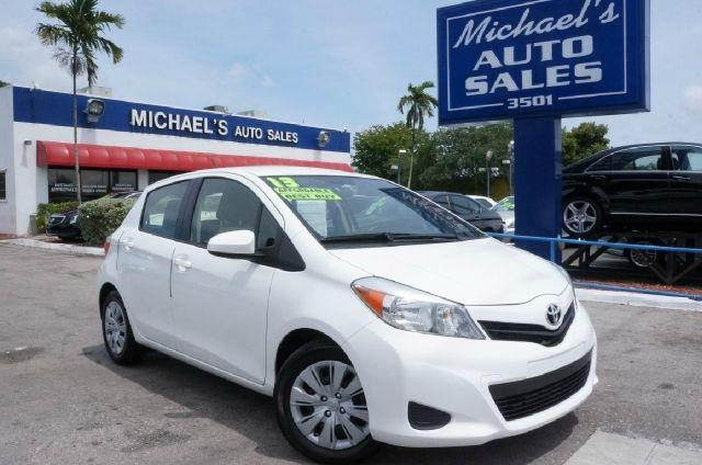 2013 TOYOTA YARIS LE super white clean carfax 99 point safety inspection and automat