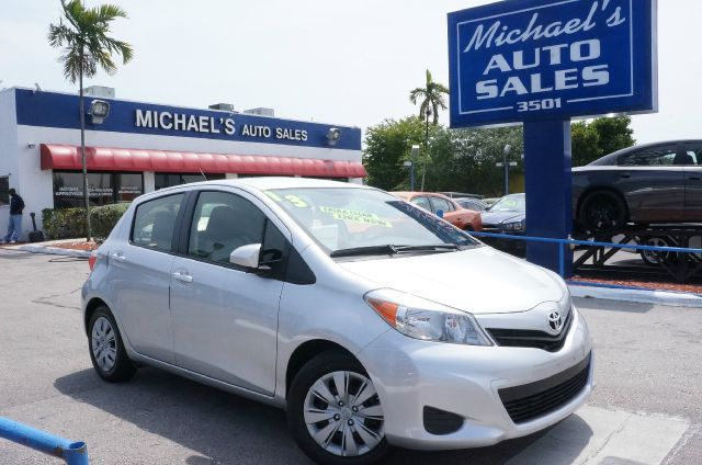 2013 TOYOTA YARIS LE classic silver metallic 99 point safety inspection automatic and