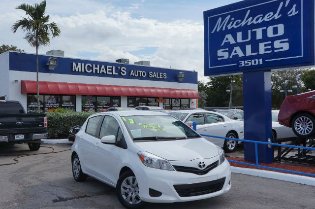2013 TOYOTA YARIS LE super white 99 point safety inspection clean carfax clean title