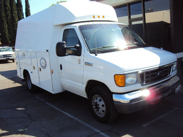 2006 FORD ECONOLINE E-350 SUPER DUTY white 2005 ford e350 12 ft knapheide kuv enclosed service bed