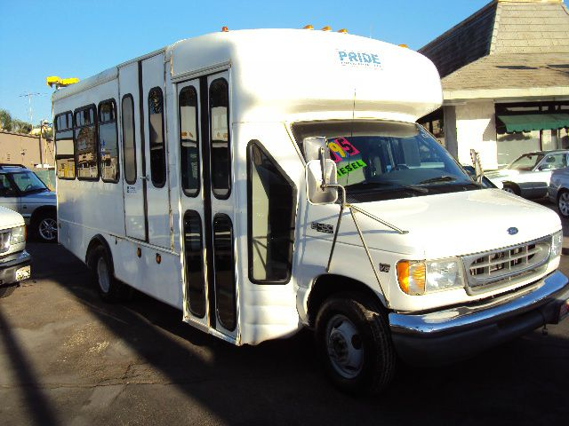 2001 FORD E450 E450 SUPER DUTY white 2001 ford e450 bus 73 turbo diesel 13 rear seats front right