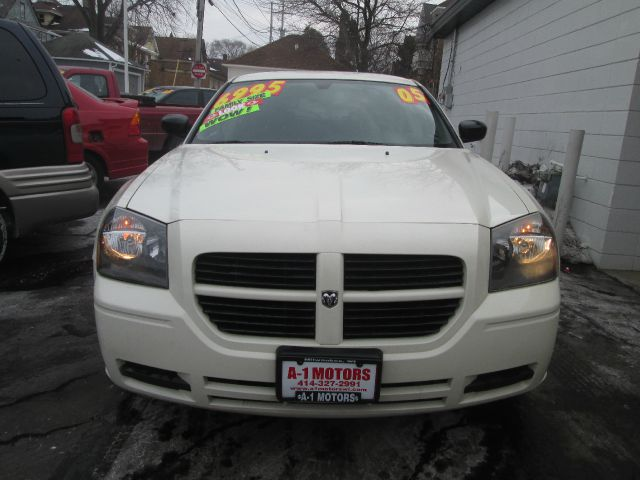 2005 DODGE MAGNUM SE 4DR WAGON white this vehicle located at 7623 w greenfield