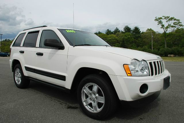 2005 JEEP GRAND CHEROKEE LAREDO 2WD white jeep laredo with all the toys in great condition tires