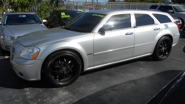 2006 DODGE MAGNUM RT silver beautifull dodge magnum with hemi v8 and 22 rims all the option avail