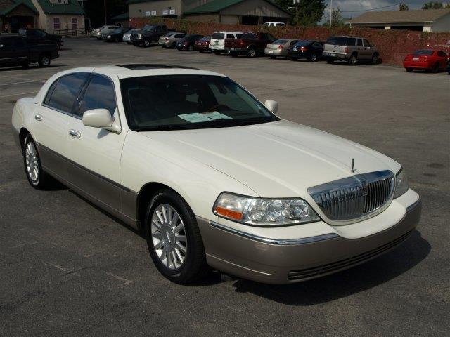 2003 LINCOLN TOWN CAR SIGNATURE 4DR SEDAN white only 151170 miles boasts 25 highway mpg and 17