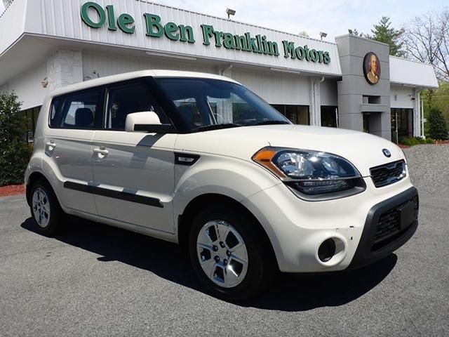 2013 KIA SOUL BASE 4DR WAGON 6M white boasts 30 highway mpg and 25 city mpg this kia soul delive