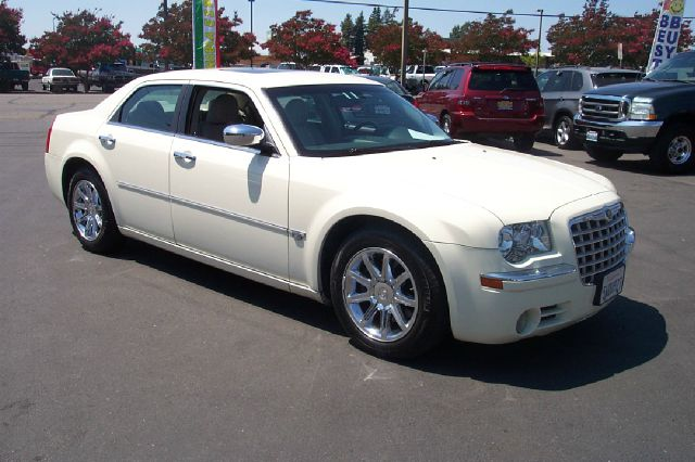 2006 CHRYSLER 300 C 4DR SEDAN white 57l v8 hemi we have all service history on vehicle one owne