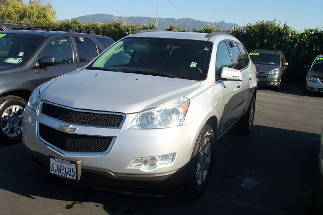 2009 CHEVROLET TRAVERSE LT2 AWD silver 3rd row seatone owner  4wdawdabs brakesair conditioning