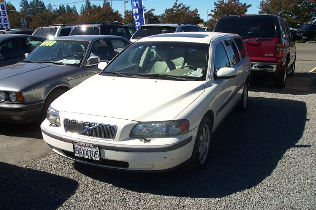 2003 VOLVO V70 AWD white 4wdawdabs brakesair conditioningalloy wheelsamfm radioanti-brake s
