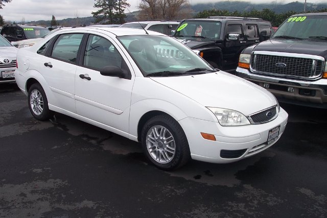 2005 FORD FOCUS ZX4 SE white 26 city 35 hwy air conditioningamfm radioanti-brake system non-ab